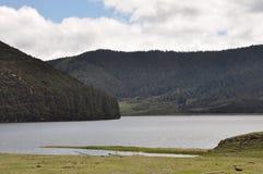 Piękne jeziorne toczne wzgórza niebieskiego nieba bielu chmury zdjęcie royalty free