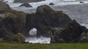 Piękne keyhole skał formacje na oceanie spokojnym w mgłowym dzień fotografia royalty free