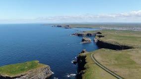 Piękne Kilkee falezy przy zachodnim wybrzeżem Irlandia zbiory wideo