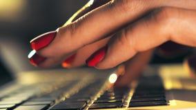 Piękne kobiet ręki pisać na maszynie na laptop klawiaturze zdjęcie wideo