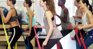 Piękne kobiety ćwiczy w sprawności fizycznej studiu zbiory