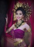 Piękne kobiety jest ubranym tajlandzką suknię, otwierają spojrzenia ou i zasłonę zdjęcia stock