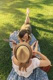 Piękne kobiety ma zabawę bawić się gitarę w parku zdjęcie royalty free