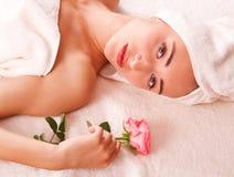 Piękne kobiety relaksują w zdroju Obrazy Royalty Free