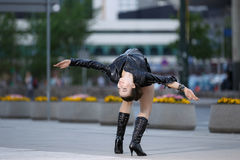 Piękne kobiety spełniania akrobacje Zdjęcie Stock