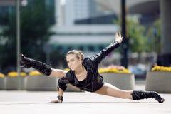 Piękne kobiety spełniania akrobacje Zdjęcia Stock