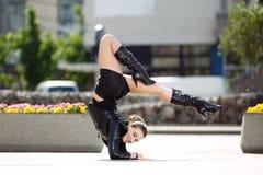 Piękne kobiety spełniania akrobacje Obraz Royalty Free