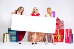 Piękne kobiety trzyma białą deskę Obrazy Royalty Free