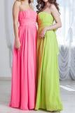 Piękne kobiety w jaskrawym - zielenieje lato suknie i różowi Obraz Royalty Free