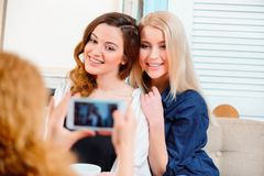 Piękne kobiety w kawiarni Obrazy Royalty Free