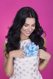 Piękne kobiety w różowym tle z teraźniejszością strona Miłość prezent Zdjęcie Royalty Free