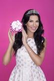 Piękne kobiety w różowym tle z teraźniejszością strona Miłość prezent Zdjęcia Royalty Free