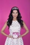 Piękne kobiety w różowym tle z teraźniejszością strona Miłość prezent Obraz Royalty Free