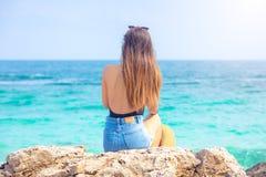 Piękne kobiety z kapeluszowy patrzeć ocean w Tajlandia obraz stock