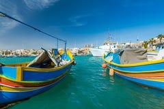 Piękne kolorowe łodzie rybackie w Marsaxlokk schronieniu, Malta Zdjęcia Royalty Free