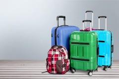 Piękne Kolorowe walizki na drewnianym tle fotografia royalty free
