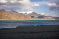 Piękne krajobrazowe góry na pangong jeziorze z niebieskiego nieba tłem Leh, Ladakh, India zdjęcie stock