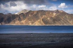 Piękne krajobrazowe góry na pangong jeziorze z niebieskiego nieba tłem Leh, Ladakh, India zdjęcia royalty free