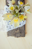 piękne kwiaty Marzec 8 kobiet dnia karta Bukiet śnieżyczki na drewnianym tle Fotografia Stock
