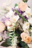 piękne kwiaty orchidei mieszania białych różowe róże Obraz Stock