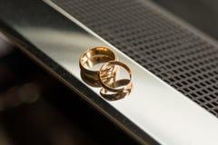 Piękne luksusowe obrączki ślubne abstrakcjonistyczny tło Zdjęcia Royalty Free