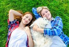 Piękne młode dziewczyny bawić się z jej psem Fotografia Stock