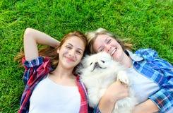 Piękne młode dziewczyny bawić się z jej psem Zdjęcia Royalty Free