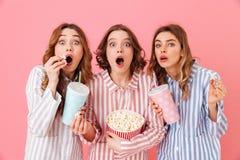 Piękne młode dziewczyny 20s jest ubranym kolorowego pasiastego pyjamas havin Fotografia Stock