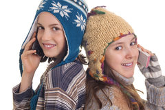 Piękne młode dziewczyny w ciepłej zimy odzieżowym mówieniu na Mobil Zdjęcie Stock