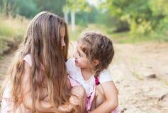 Piękne młode dziewczyny z długie włosy; ono uśmiecha się i opowiadać przy sumą obraz stock