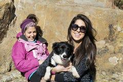 Piękne młode kobiety śmia się psa i ściska Obrazy Royalty Free