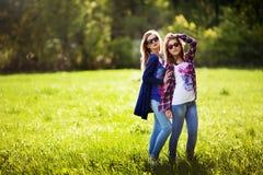 Piękne młode kobiety przy parkiem Zdjęcia Royalty Free