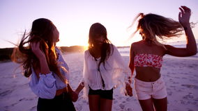 Piękne młode kobiety tanczy na plaży zbiory