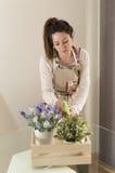 Piękne młodej kobiety podlewania rośliny Zdjęcia Royalty Free