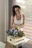Piękne młodej kobiety podlewania rośliny Obraz Royalty Free