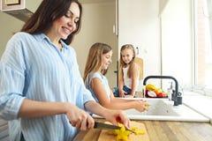 Piękne małe dziewczynki z matkują w kuchennym narządzaniu obrazy stock