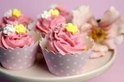 Piękne menchie dekorować babeczki na menchia torta stojaku - Zamyka up z bokeh. Obrazy Stock