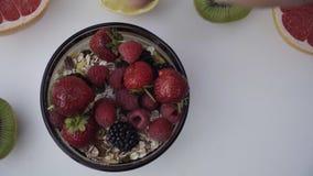 Piękne mieszane jagody i owoc na białym tle Zamyka w górę zdrowego jedzenia 4K zbiory wideo