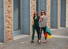 Piękne mod kobiety z torbami na zakupy Modnego stylu ?ycia miastowy portret na miasta tle zdjęcie stock