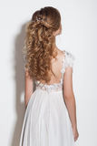 Piękne modne fryzury dla młodej dziewczyny pięknej delikatnej panny młodej w pięknej ślubnej sukni na białym tle w th Zdjęcie Royalty Free
