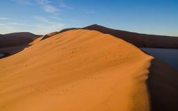 Piękne nadzwyczajne czerwone piasek diuny przy sławnym Deadvlei blisko Sossusvlei w Namib pustyni, Namibia, afryka poludniowa Obraz Royalty Free