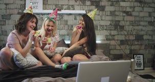 Piękne nastolatek damy piżamy noc, świętuje przyjęcia urodzinowego, w nowożytnej sypialni, używać różowego gwizd zbiory wideo