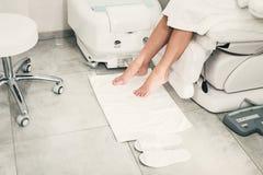 Piękne nogi dziewczyna w białym bathrobe Nowożytny piękno salon obrazy stock