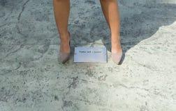 piękne nogi odosobnione tła nad białą kobietą Zdjęcie Royalty Free