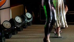 Piękne nogi tanczy rhythmically poruszającego na scenie, dziewczyny w piętach, scena lekki występ zbiory wideo