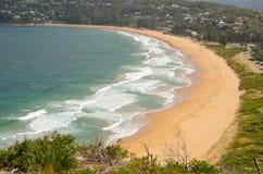 Piękne ocean fala i piasek powierzchnia przy palmą wyrzucać na brzeg widok w górę od wzgórza przy Barrenjoey przylądkowym, Sydney obraz royalty free