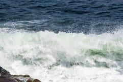 Piękne ocean fala Roztrzaskuje Przeciw Rockport, MA wybrzeże Fotografia Stock