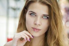 piękne oczy blondynek skupiają się portret kobiety miękkich young Zdjęcia Royalty Free