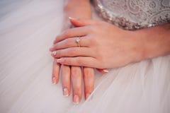 Piękne pann młodych ręki z manicure'em obrazy royalty free