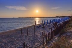 Piękne piaskowate plaże Apulia Salento wybrzeże: linia brzegowa przy zmierzchem Porto cesareo plaża WŁOCHY Lecka obrazy stock